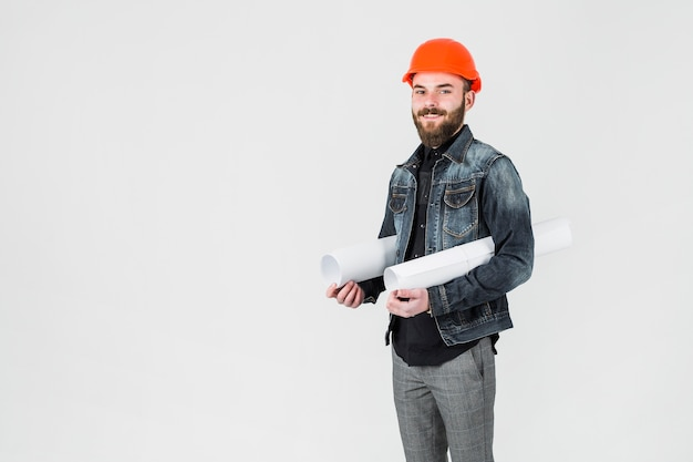 Der architekt, der weiß hält, rollte herauf plan gegen weißen hintergrund