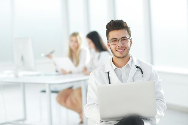 Der arzt arbeitet an einem laptop im krankenzimmer