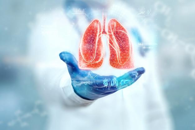 Der arzt betrachtet das hologramm der lunge, überprüft das testergebnis auf der virtuellen schnittstelle und analysiert die daten. lungenentzündung, spende, innovative technologien, medizin der zukunft.