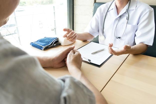 Der arzt erklärte, wie man sich um die gesundheit von patienten mit hohem blutdruck kümmert.