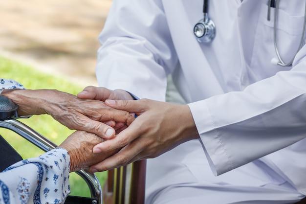 Der arzt ermutigt ältere menschen, gesund zu bleiben
