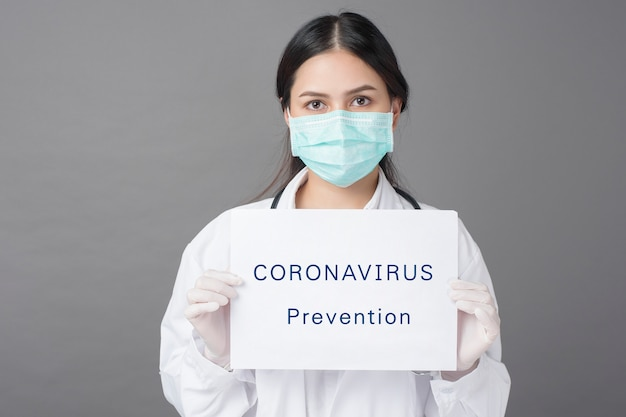 Der arzt hält coronavirus-papier in der hand
