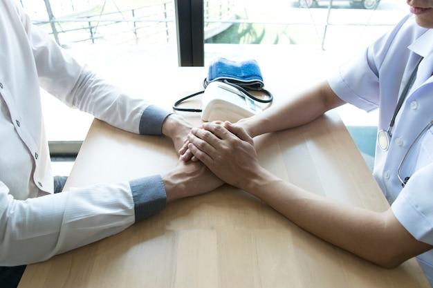 Der arzt hat mit patienten mit hohem blutdruck eine vereinbarung getroffen, um die gesundheit zu erhalten