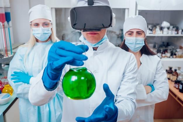 Der arzt in einer virtual-reality-brille untersucht das medikament im labor.