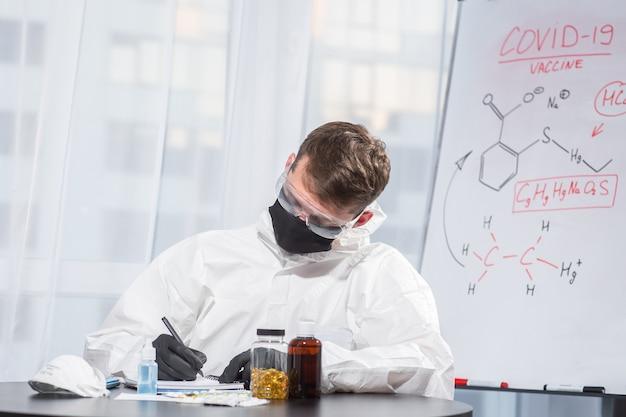 Der arzt in psa-anzuguniform berechnet die virusformel. coronavirus-ausbruch. konzept der covid-19-quarantäne. arzt und medizinische versorgung. persönliche schutzausrüstung . virus stoppen.