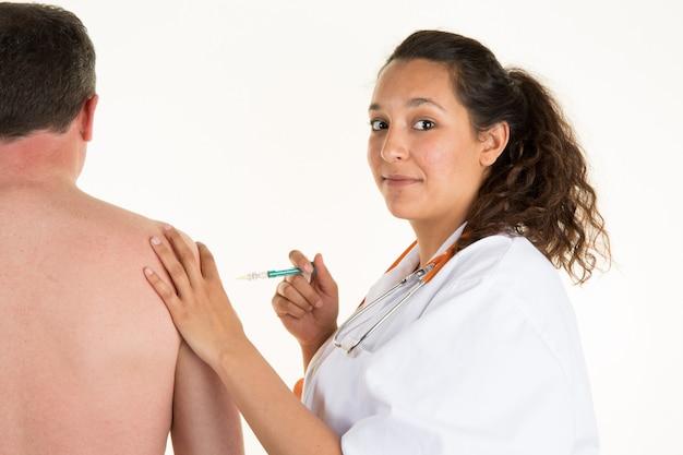 Der arzt macht sich bereit, dem patienten eine sterile spritze zu injizieren