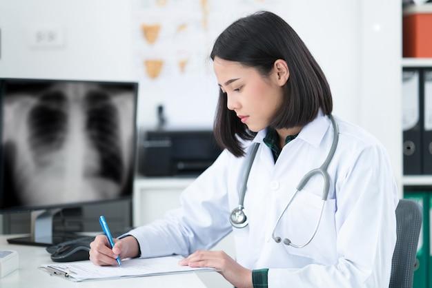 Der arzt sitzt im raum, um den patienten zu sehen. sie öffnet röntgeneffekte.