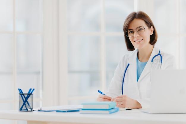 Der arzt trägt ein weißes kleid mit stethoskop