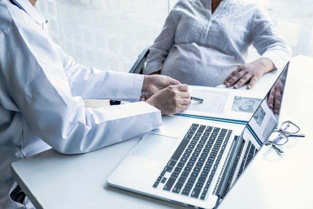 Der arzt überprüft den gesundheitszustand und rät schwangeren frauen zur schwangerschaft.