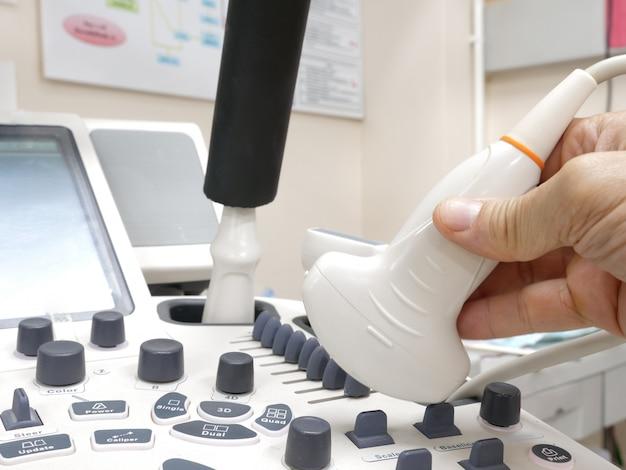 Der arzt und das ultraschallgerät
