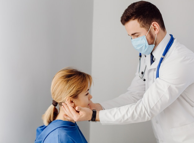 Der arzt untersucht den patienten. medizin- und gesundheitskonzept.