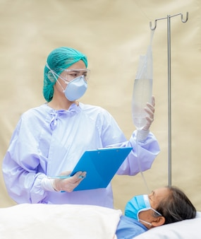 Der arzt untersucht die symptome älterer patienten und macht aufzeichnungen.