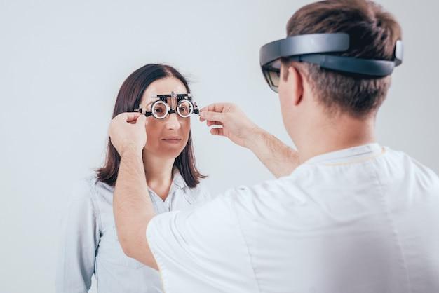 Der arzt verwendet augmented-reality-brillen in der augenheilkunde.