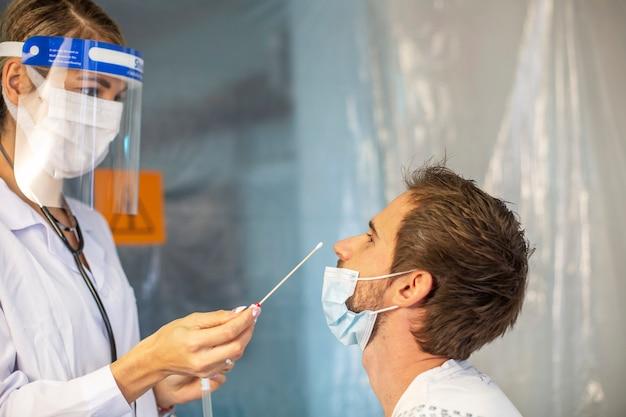Der arzt wischt den kranken patienten ab. virus epidemie