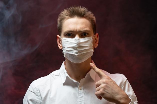 Der arzt zeigt, dass bei einer epidemie eine atemmaske erforderlich ist
