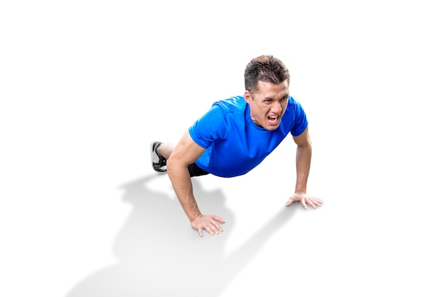 Der asiatische mann, der training tut, drücken hoch