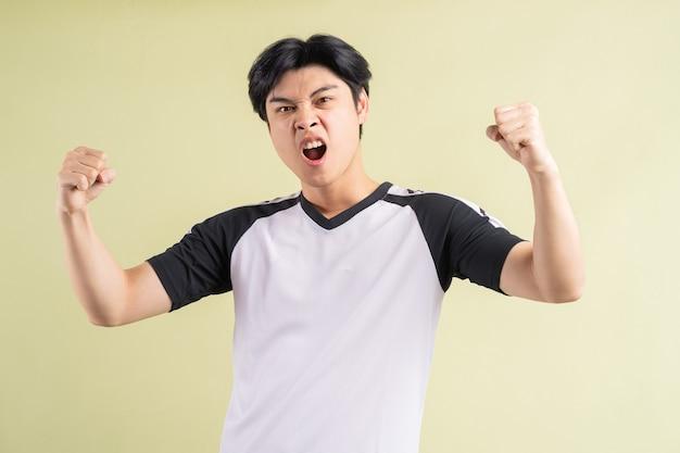 Der asiatische mann schrie aus einem triumphalen ausdruck heraus