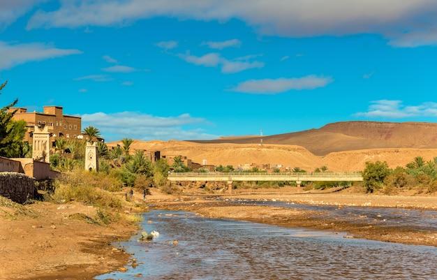 Der asif ounila fluss bei ait ben haddou in marokko, nordafrika