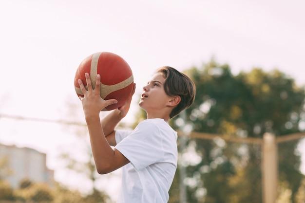 Der athlet bereitet sich auf das werfen vor. sport, sportler, gesunder lebensstil