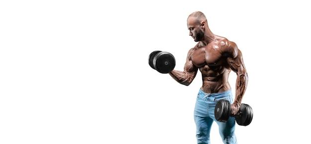 Der athlet führt eine übung im fitnessstudio mit auf weiß isolierten hanteln durch