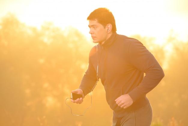 Der athlet lief morgens los.