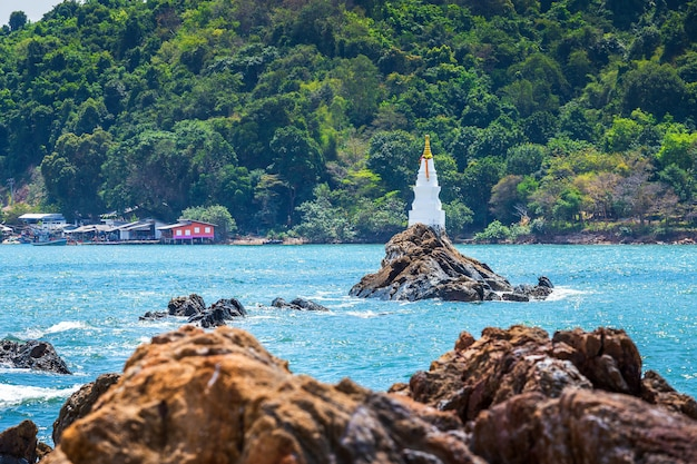 Der aussichtspunkt chedi ban hua laem ist eine pagode und befindet sich in chanthaburi, thailand.