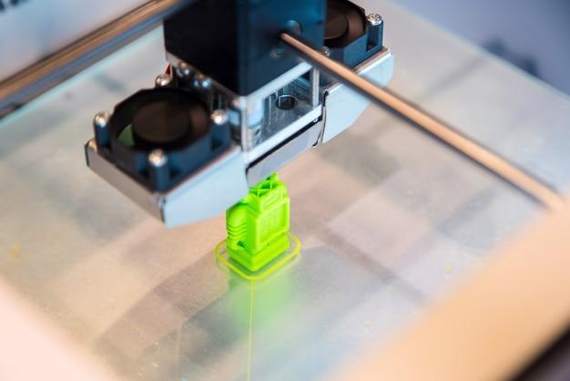 Der automatische dreidimensionale 3d-drucker führt die produkterstellung durch.