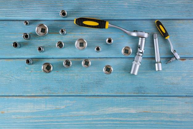 Der automechaniker-werkzeugsatz hat sechskantschlüssel für die reparatur vorbereitet