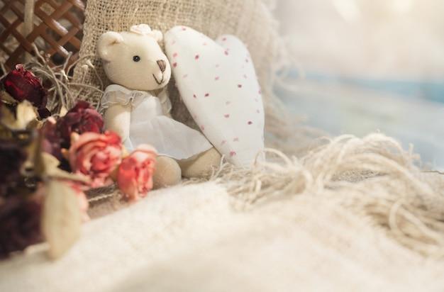 Der bär des netten valentinsgrußes mit weißem herzen. valentinstag-konzept