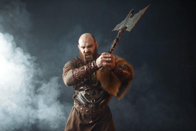 Der bärtige wikinger mit der axt tritt in die schlacht ein