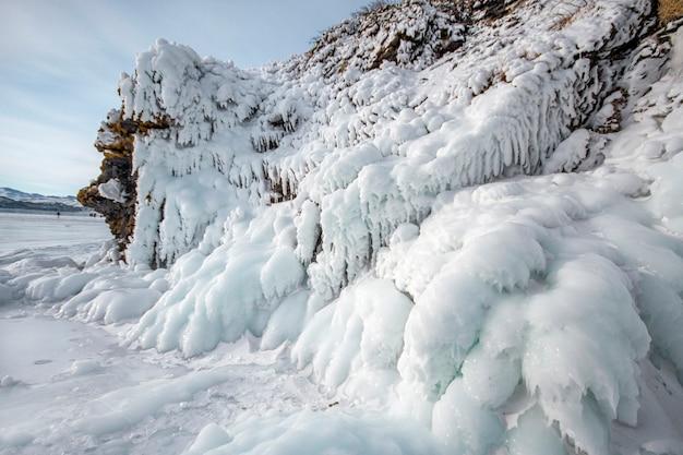 Der baikalsee ist ein frostiger wintertag. größter süßwassersee. der baikalsee ist mit eis und schnee bedeckt