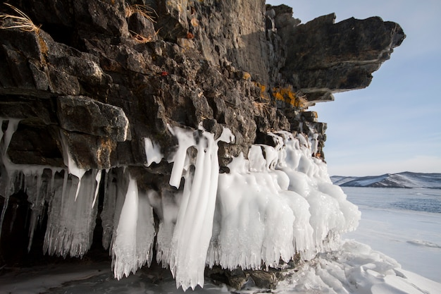 Der baikalsee ist ein frostiger wintertag. größter süßwassersee