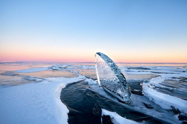 Der baikalsee ist mit eis und schnee bedeckt, starkes kaltes, dickes klares blaues eis
