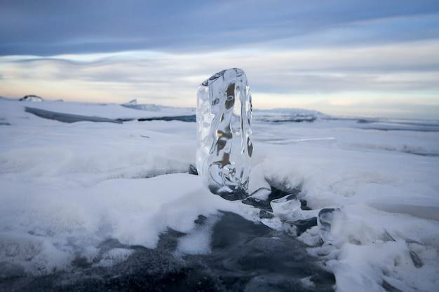 Der baikalsee ist mit eis und schnee bedeckt, starkes kaltes, dickes klares blaues eis.