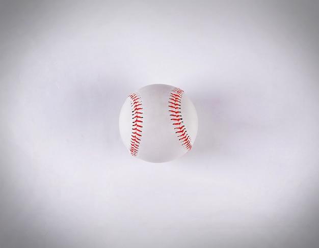 Der ball im baseball. auf einem weißen hintergrund isoliert.