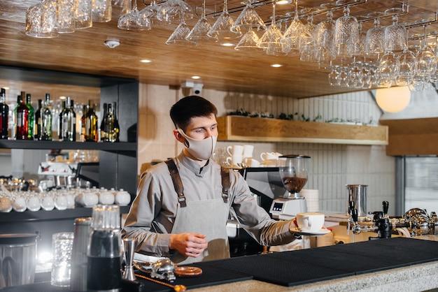 Der barista bereitet kaffee in einem modernen café zu.