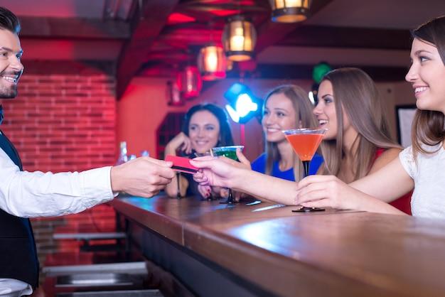 Der barkeeper gibt eine karte des käufers.