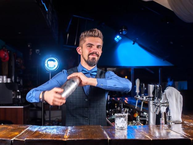 Der barkeeper kocht einen cocktail in der bierhalle