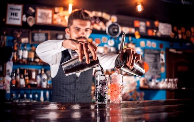 Der barkeeper kocht im porterhouse einen cocktail