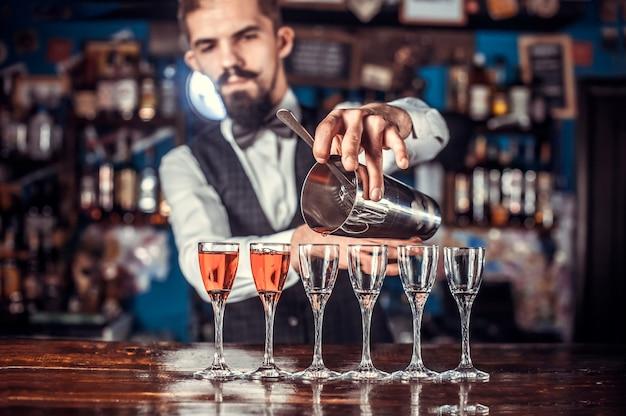 Der barkeeper kocht im schlaghaus einen cocktail