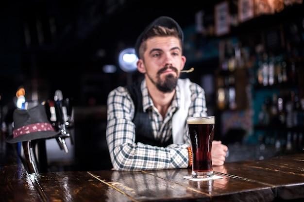 Der barkeeper kreiert einen cocktail im schankraum