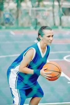 Der basketballspieler konzentrierte sich auf das spiel