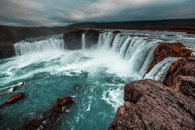 Der beeindruckende godafoss wasserfall von oben. island