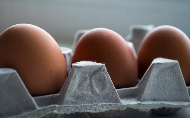 Der behälter enthält drei eier die eier sind frisch