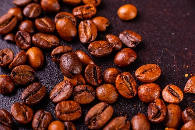 Der belebende morgenkaffee mit süßigkeiten. es kann als hintergrund verwendet werden