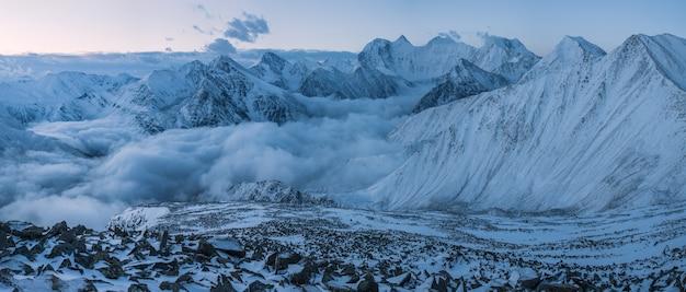 Der belukha-berg ist der höchste punkt des altai-gebirges. blick vom pass am frühen morgen.
