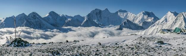 Der belukha-berg ist der höchste punkt des altai-gebirges. blick vom pass auf schneebedeckte gipfel.