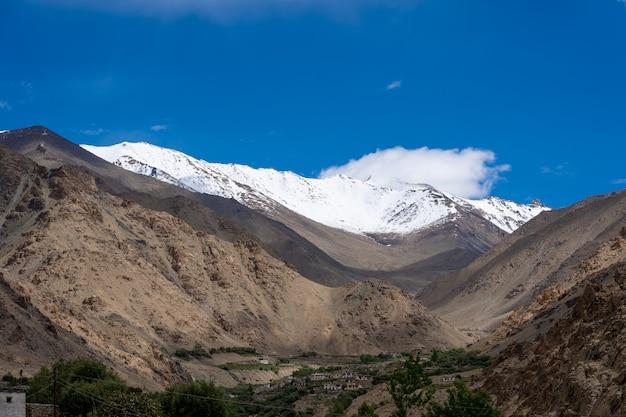 Der berg der nordindischen himalaya-region (ihr) ist der abschnitt des himalaya