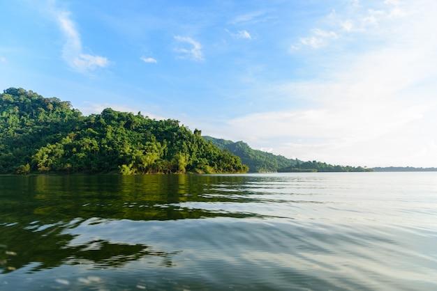Der berg und der wald mit blauem himmel an provinz nakhon nayok, thailand morgens.