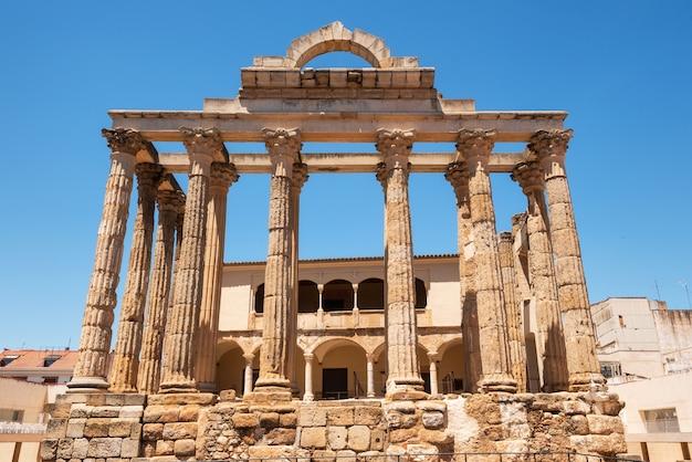 Der berühmte römische tempel von diana in mérida, provinz von badajoz, extremadura, spanien.